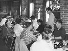 Studenten in einer Scientology Akademie erlernen das Auditieren – die zentrale Form der Ausübung der Scientology gemäß den Werken von L.Ron Hubbard.