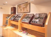 Eine restaurierte Tonband-Vervielfältigungs-Einrichtung im Keller, in dem das erste Scientology Vertriebszentrum untergebracht war, das die Bücher und Vorträge von L.Ron Hubbard an Kirchen und Büros in alle fünf Kontinente lieferte.