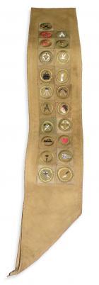 L.Ron Hubbards Pfadfinderschärpe mit einundzwanzig Verdienstabzeichen, die in einem Zeitraum von neunzig Tagen erworben wurden.